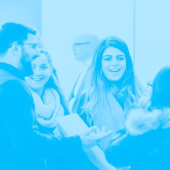 Gruppe Jugendlicher diskutieren fröhlich in Stuhlkreisrunde