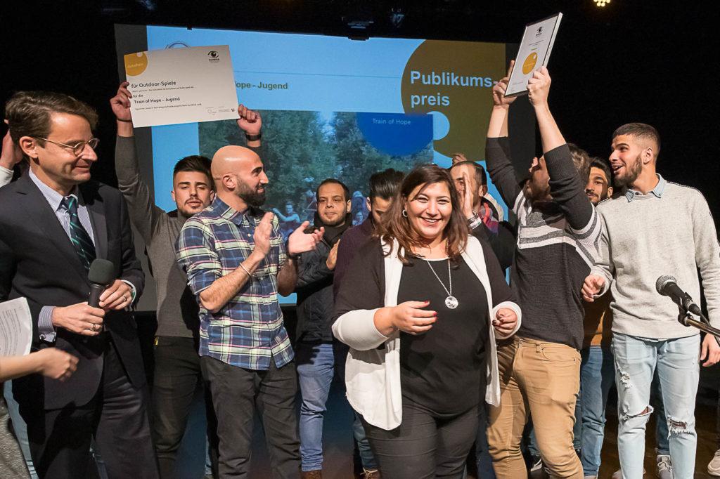"""Preisverleihung im Jugendwettbewerb """"buntblick"""" des Landesjugendrings NRW. Der Jugendwettbewerb """"buntblick"""" zeichnet das Engagement junger Menschen für Demokratie, Vielfalt und Toleranz aus. Ziel ist es, Jugendliche zu motivieren, Aktivitäten für ein demokratisches und vielfältiges Miteinander zu initiieren und umzusetzen. Das Engagement junger Menschen soll in der Öffentlichkeit bekannter gemacht werden und zur Entwicklung eigener Projekte motivieren.  ------------------------------------------------ [                     © (c) Uwe Voelkner / FOX                                               F o t o a g e n t u r   F O X   agentur@fox-fotos.de          Tel:     02266 - 9019 210 Vanitiy: 0800 - FotoFoto              Mobil:   0171 - 5483 127       Pollerhofstrasse 33 A                     D-51789 Lindlar  B a n k v e r b i n d u n g:      P o s t b a n k  B e r l i n    Uwe Völkner Kto   7004   78 102         BLZ     100 100   10   IBAN DE86 1001 0010 0700 4781 02 BIC   PBNKDEFF  Steuernummer:                         221/5125/0967      Finanzamt Wipperfuerth USt-IdNr.:  DE182602653  Nutzung honorarpflichtig gemäß: """"Bildhonorare - Mittelstandsgemeinschaft Foto-Marketing"""" (mfm)  https://bvpa.org/mfm/  buntblick_FOX_181122_16.cr2"""