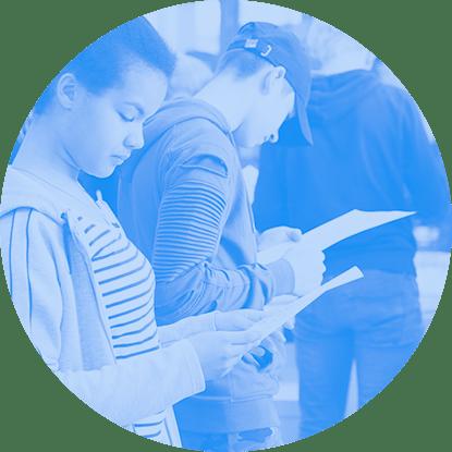 Eine Jugendliche liest im Stehen