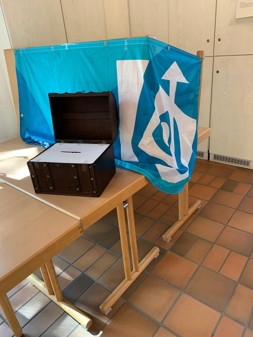 Wahlurne im Wahllokal Pfarrheim St. Pankratius, organisiert von der KjG Heilig-Geist Bockum Hövel-